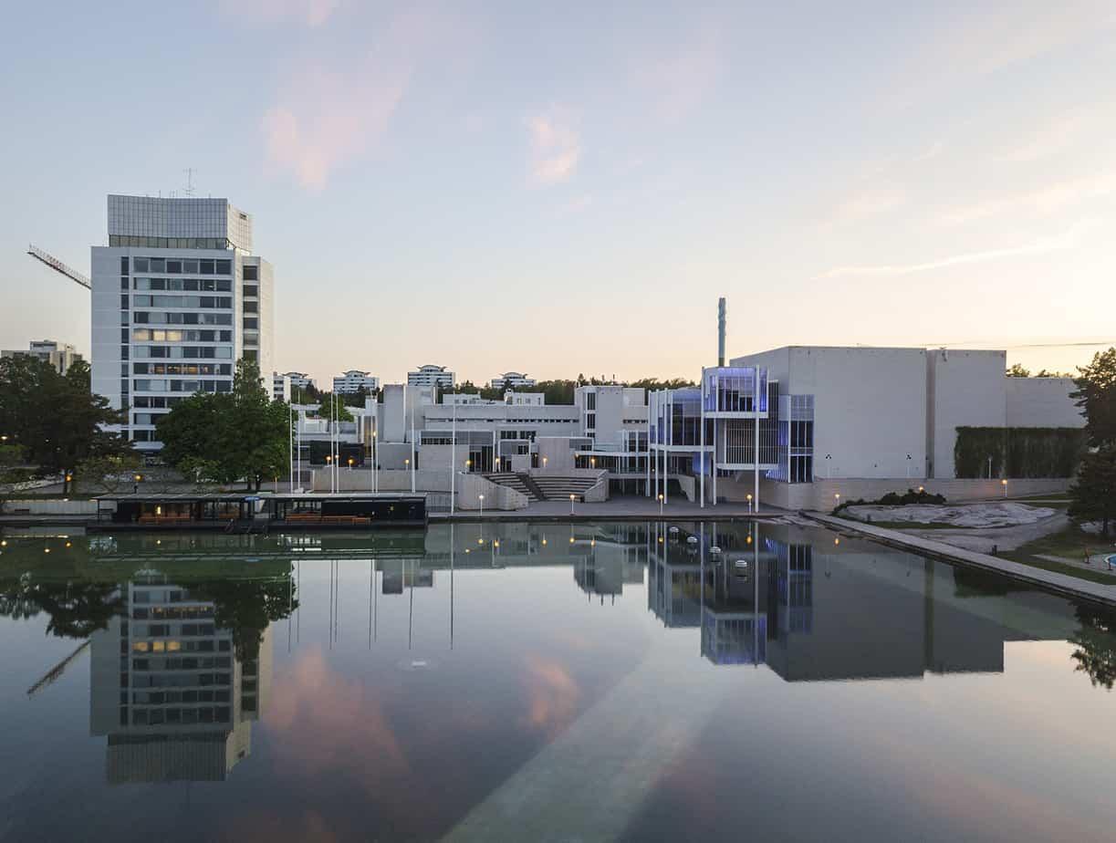 Tapiolan Keskusallas, taustalla Keskustorni ja Espoon kulttuurikeskus